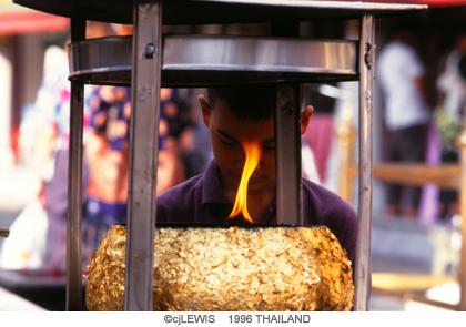 寺院でお祈りする少年のコピー.jpg